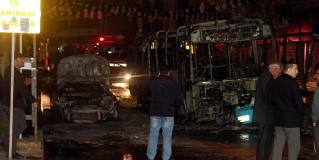 Teröristler halk otobüsünü yaktı