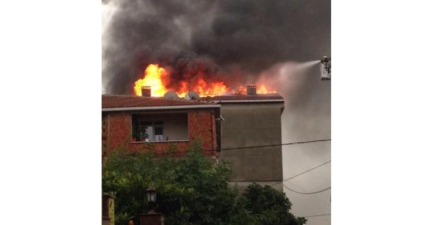 İstanbul Sultanbeyli'de 3 katlı apartmanda yangın! Korku dolu dakikalar...