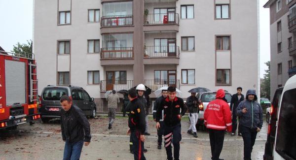 Bolu'da bir apartmana yıldırım düştü!