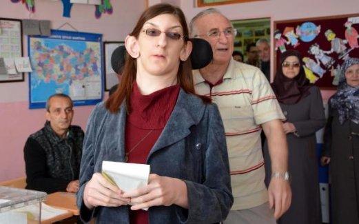 2 metre 13.5 santimetre olan 18 yaşındaki Rumeysa Gelgi ilk kez oy kullandı
