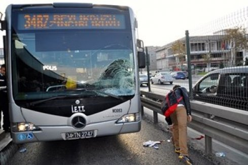 Avcılar'da metrobüs kazası! 1 kişi ağır yaralı