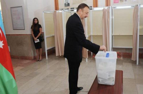 Azerbaycan'da da seçim heyecanı var! Cumhurbaşkanı İlham Aliyev oyunu kullandı