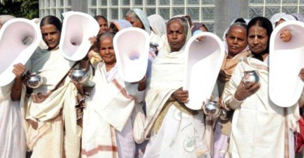 """Hindistan'dan şaşırtan olay! Kadınlardan """"toplu çiş"""" eylemi"""