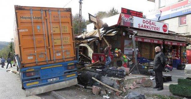 İstanbul'da TIR otobüs durağına daldı! Son dakika gelişmesi