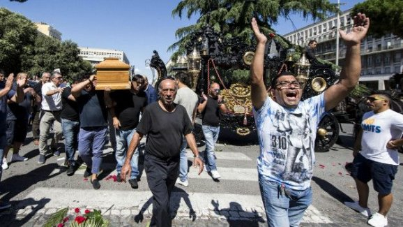 İtalyan mafyası cenaze törenine adam toplamak için figüranları dayakla tehdit etti!