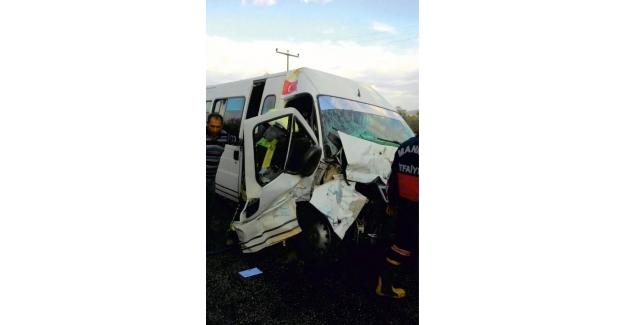 Manisa'da tarım işçisi taşıyan minibüs traktörle çarpıştı: 9 yaralı