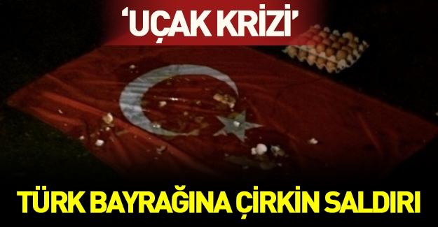 Rusya'da Türk bayrağına çirkin saldırı! Türk bayrağını indirip yumurta fırlattılar!