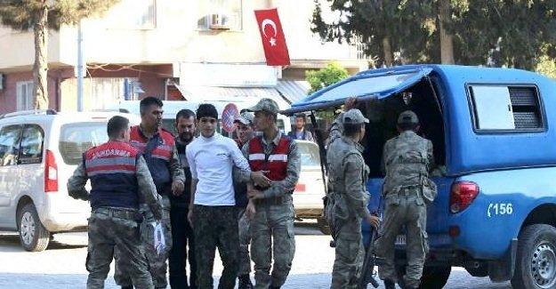 Şanlıurfa'da 2 PKK'lı yanlarındaki silahlarla sınırı geçerken yakalandı!