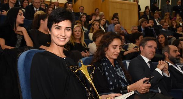 Ünlü oyuncu Tuba Büyüküstün Vatikan'dan ödül aldı
