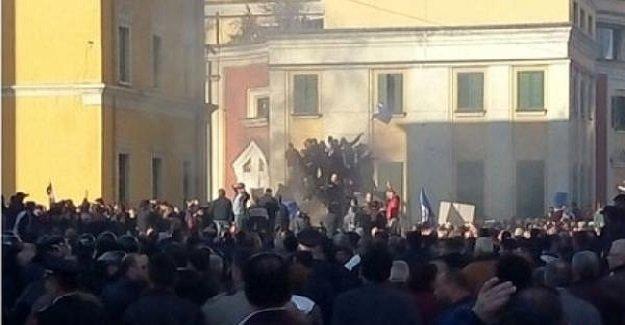 Arnavutluk'ta polis ve muhalifler arasında çatışma çıktı!