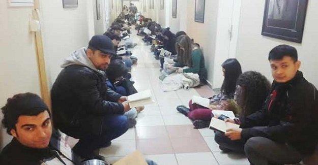 Ege Üniversitesi'nde kitaplı protesto!