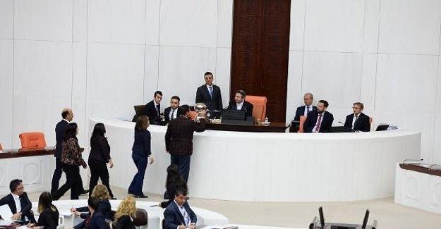 Meclis'te gerginlik! HDP'li vekiller Başkan Divanına yürüdü!