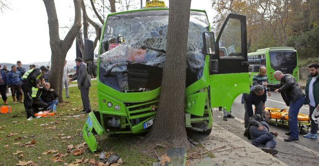 Sarıyer'de yolcu minibüsü ağaca çarptı: 5 yaralı