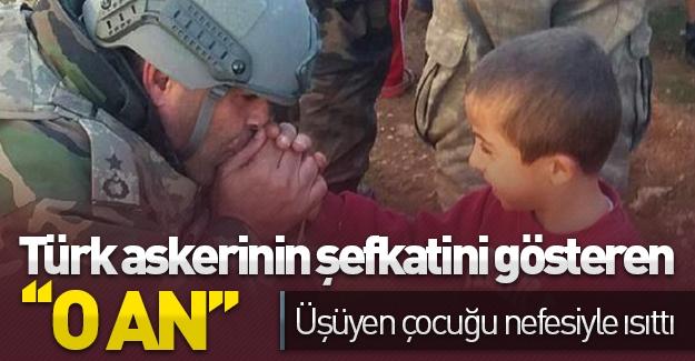 Türk askerinin şefkatini gösteren ''o an'' Üşüyen çocuğu nefesi ile ısıttı!