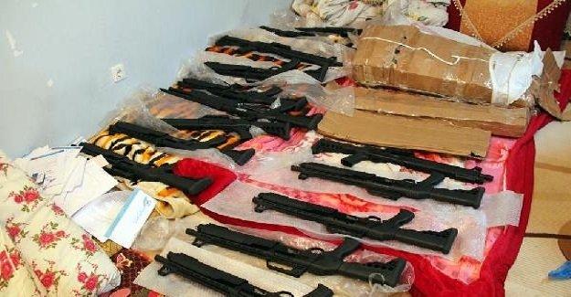 Van'da ihbar üzerine gerçekleştirilen operasyonda PKK'ya ait çok sayıda silah ve örgütsel döküman ele geçirildi!
