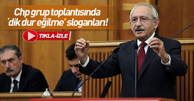 """Grup toplantısına katılan CHP'liler """"Dik dur eğilme"""" sloganı attı."""