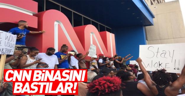 ABD'deki siyahi protestocular CNN binasına yürüdü