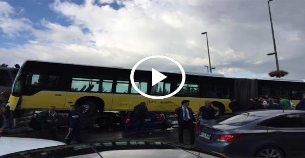 Acıbadem metrobüs yolunda feci kaza