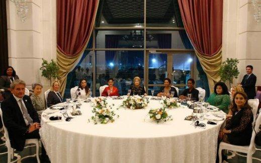 Lider eşleri yemekte bir araya geldi