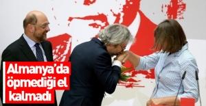 Can Dündar Almanya'da el öpmeye devam ediyor