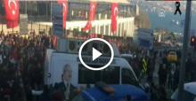 Teröre tepki yürüyüşünde CHP'nin aracı tekmelendi