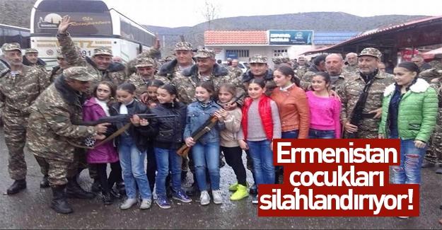 Ermenistan'da çocukların eline silah verdiler