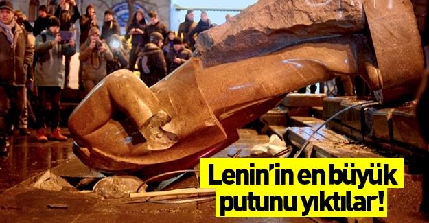 Lenin'in en büyük putu söküldü!