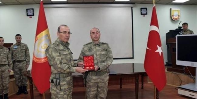 Orgeneral Akar'dan o askere Üstün Cesaret ve Feragat Madalyası