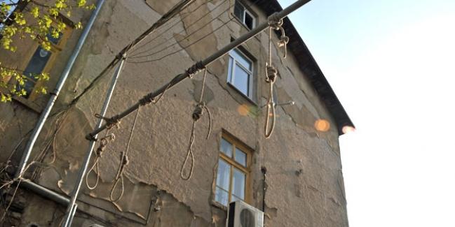 Suriyelilerin yaşadığı evin girişine idam sehpası konuldu!