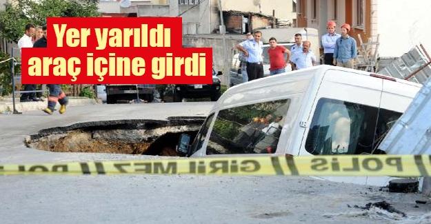 Kağıthane'de yol çökünce bir servis de açılan çukurun içine düştü