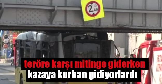 Polisleri taşıyan otobüs üst geçite çarptı: 8 yaralı
