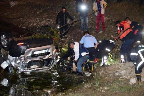 Adana'daki kazada ölü sayısı yükseliyor! Göle uçan araçta 3 kişi can verdi!