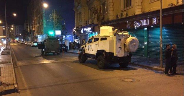 Diyarbakır'da polis aracına saldırı, 3 polis yaralı, 1 terörist ölü