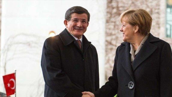 Merkel Davutoğlu'nun unutamadı! 1 Kasım seçim zaferinde sonra arayıp tebrik etti!
