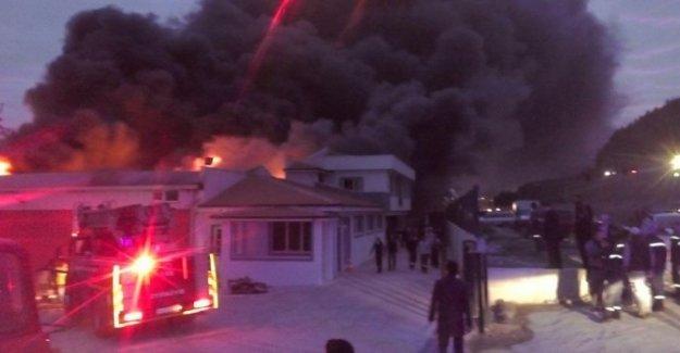 Sakarya'da fabrika yangını: 2 yaralı