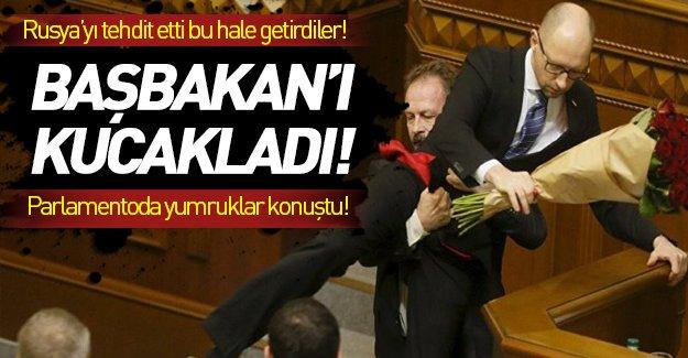 Ukrayna Başbakanı'nı kucaklayıp indirdiler!