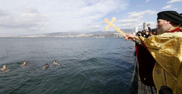 İzmir'de 'haç çıkarma' töreni